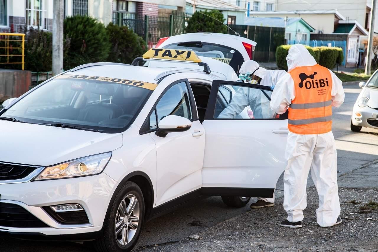 Desinfectan vehículos que se movilizan diariamente en la vía pública