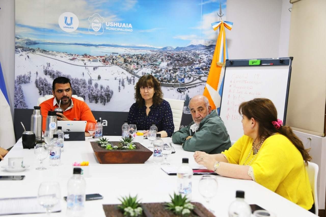 Gobierno entregó al Intendente de Ushuaia la planificación técnica del complejo de salud para instalar en el Pioneros Fueguinos