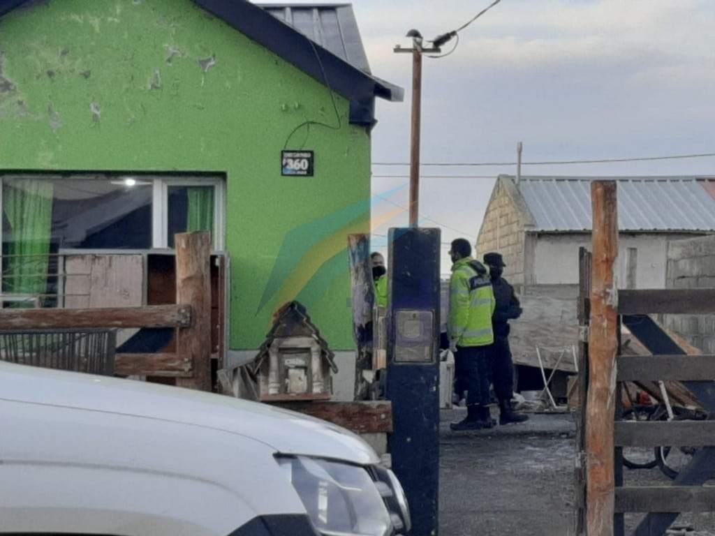 Un joven fue apuñalado por un grupo de personas en su departamento de Chacra XIII