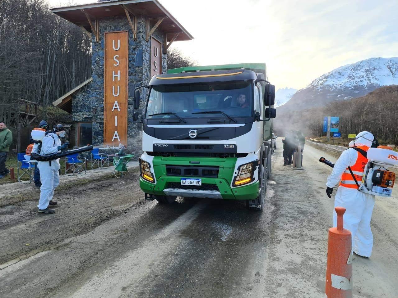 Llevan adelante un trabajo de desinfección a los vehículos que ingresan a Ushuaia