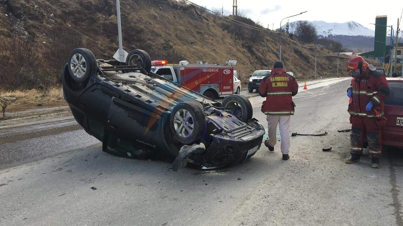 Conductor perdió el control, volcó y colisionó a dos vehículos estacionados