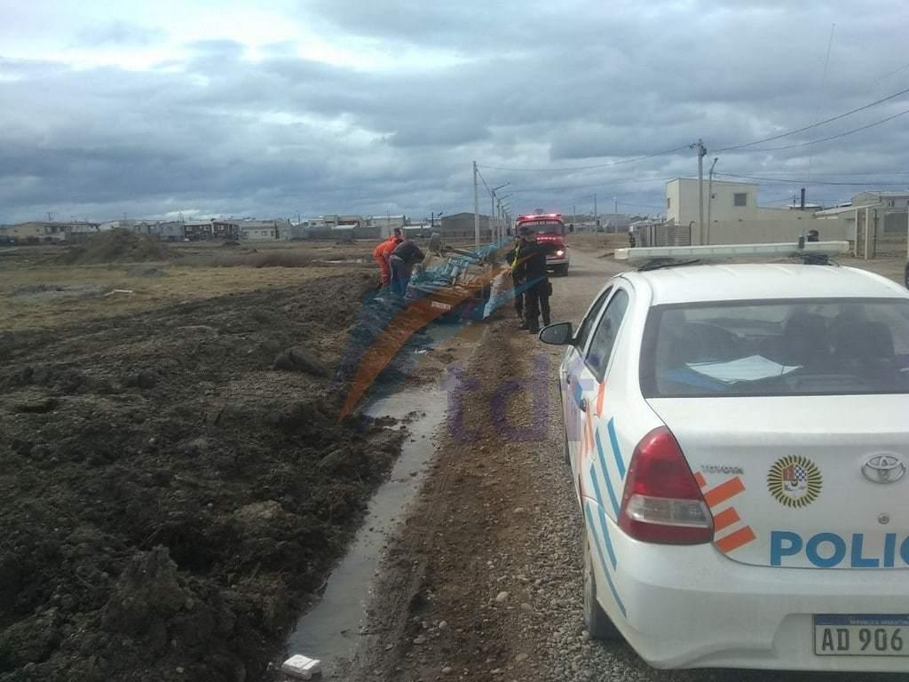 Conductora hospitalizada tras vuelco sobre la calle Vuelta de Obligado del barrio Malvinas