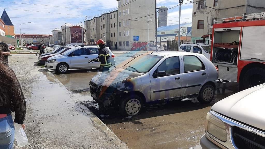 Operarios de Obras Sanitarias ayudaron a apagar un incendio sobre un automóvil