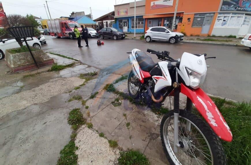 Un hombre frenó y cayó de la motocicleta que conducía