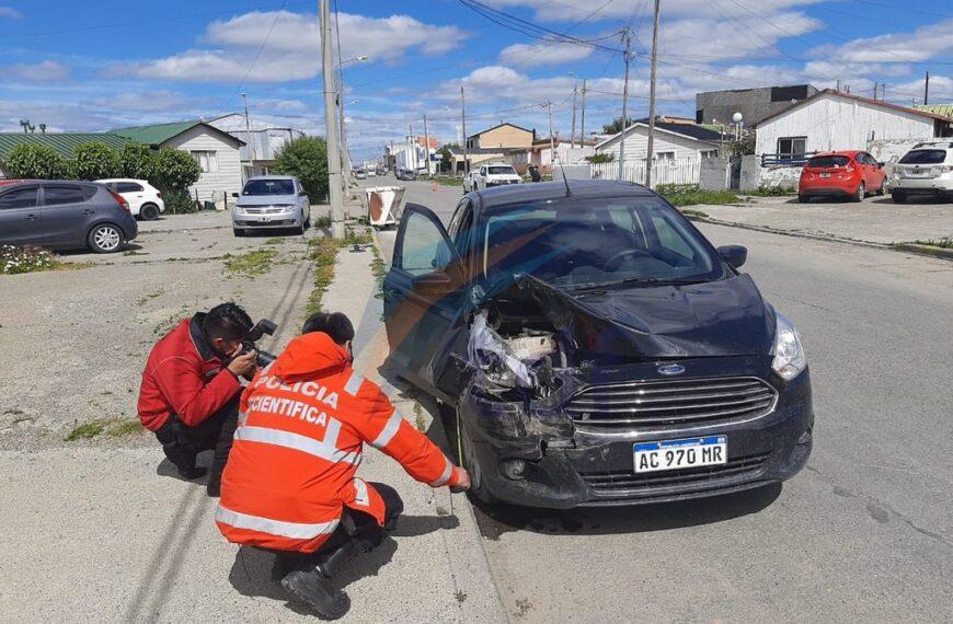 Dos lesionados tras impactar contra dos autos que estaban estacionados