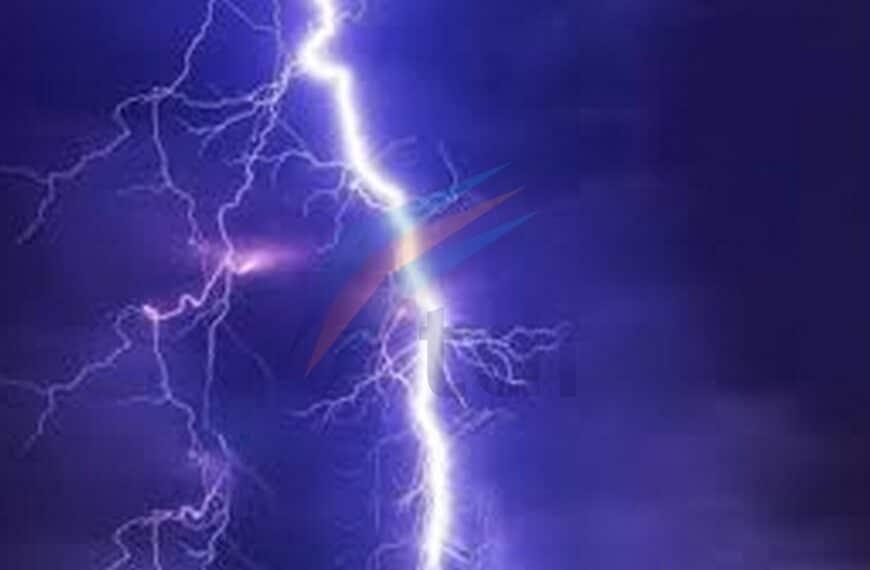Una vecina de Chacra II aseguró que un rayo cayó en su patio previo a la tormenta y pidió precaución con los niños