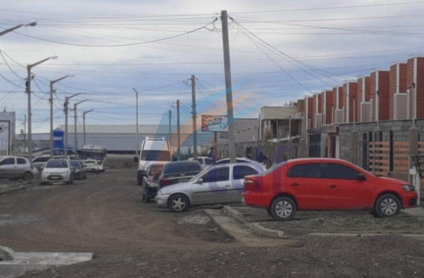 Un policía se encontró con una menor de 16 años robando dentro de su automóvil