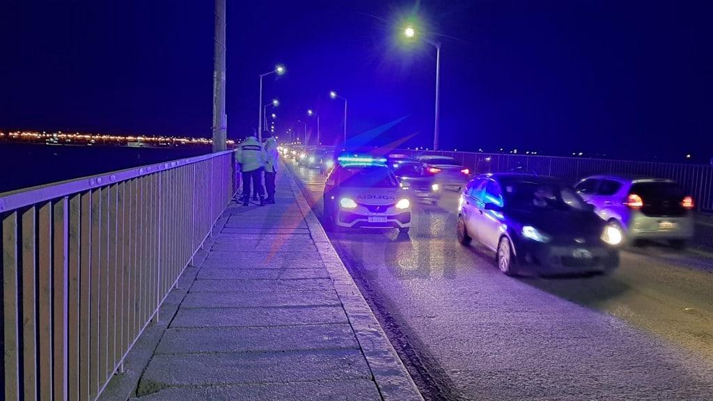 Buscan a un joven que saltó del puente a las frías aguas del río Grande