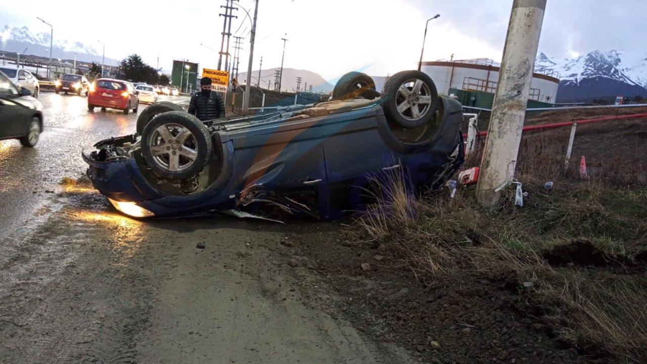 Conductor perdió el control y volcó en Ushuaia