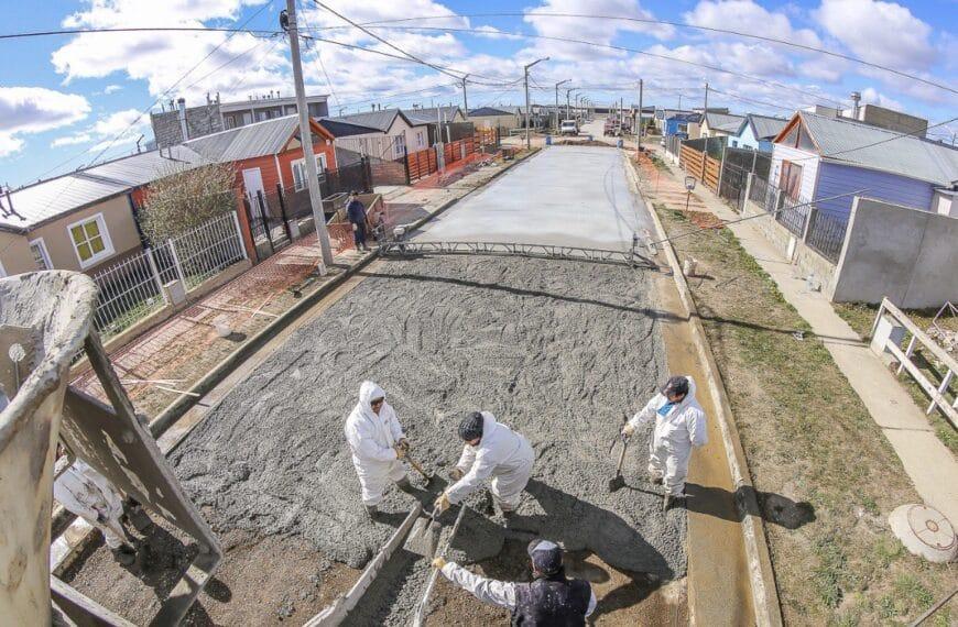 El Municipio de Río Grande pavimenta en simultáneo diversas calles en el barrio Malvinas Argentinas